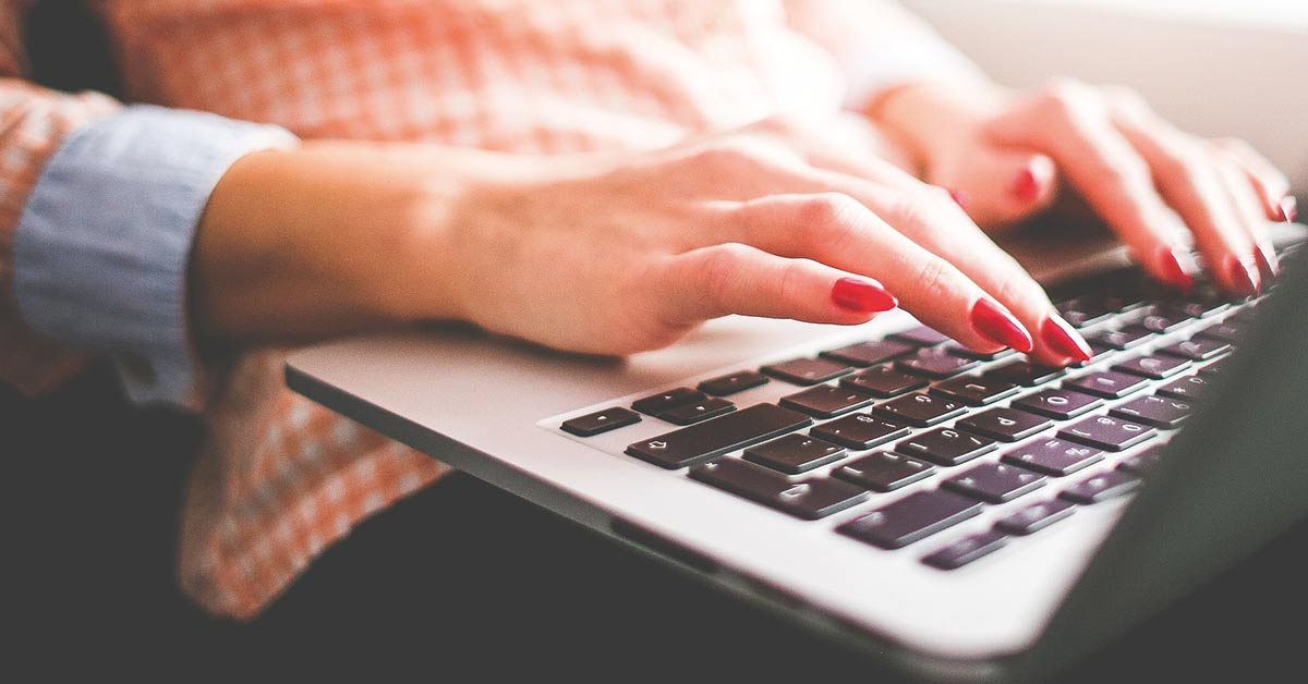 donna con laptop scrive