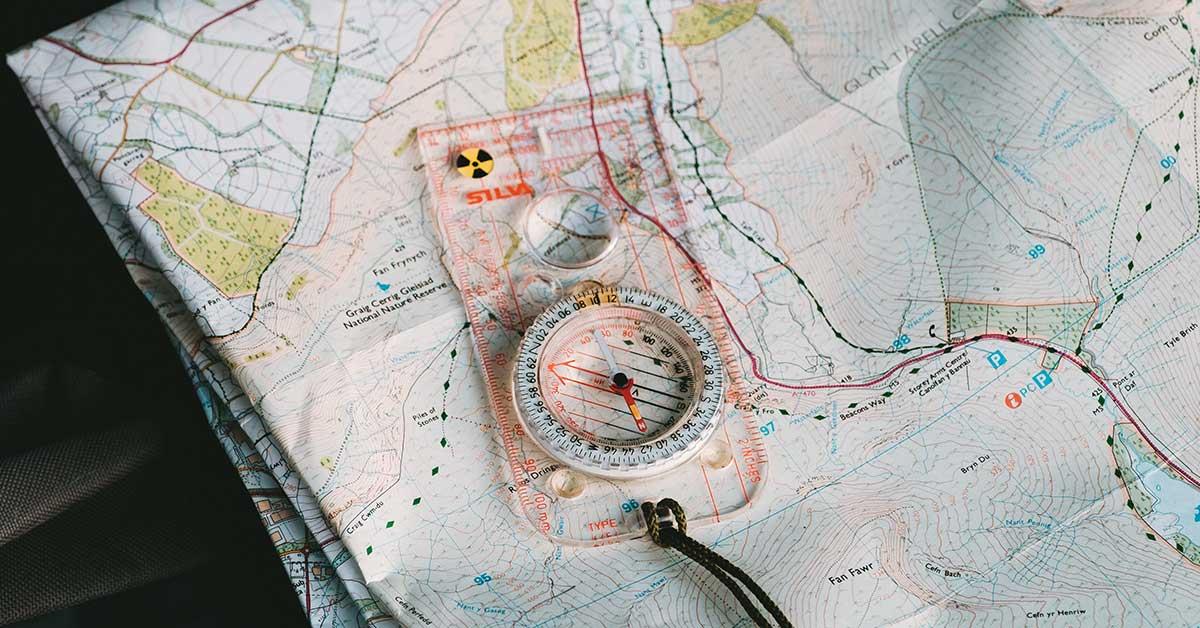 bussola su cartina geografica